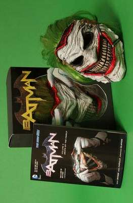 Batman Death of The Family Book & Mask Set